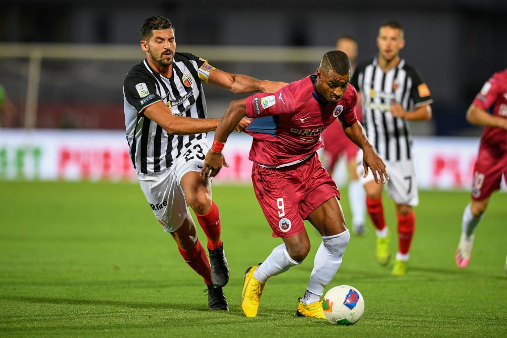 CITTADELLA, ITALY - JULY 17: Riccardo Brosco of FC Ascoli challenges for the ball with Davide Diaw of AS Cittadella during the serie B match between AS Cittadella and Ascoli Calcio on July 17, 2020 in Cittadella, Italy. (Photo by Getty Images/Getty Images)